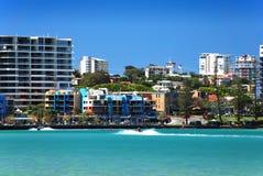 Vista scenica del mare dalle costruzioni della città sulla spiaggia dorata Fotografie Stock