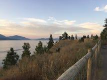 Vista scenica del paesaggio del lago dalla sommità con le montagne ed il fondo del lago Fotografie Stock