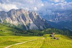 Vista scenica del pascolo alpino in valle pittoresca della montagna Fotografia Stock