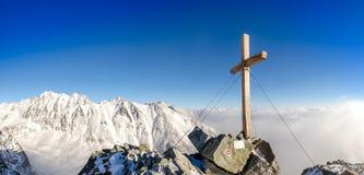Vista scenica del picco di montagne di inverno con l'incrocio, alto Tatras Immagini Stock