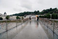 Vista scenica del ponte con i lucchetti sopra il fiume a Salisburgo Immagine Stock