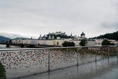 Vista scenica del ponte con i lucchetti sopra il fiume a Salisburgo Fotografia Stock Libera da Diritti