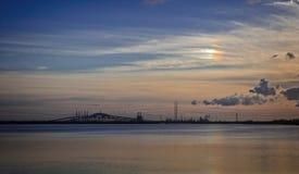 Vista scenica del ponte e del cielo di sera con leggero effetto dell'arcobaleno in cielo Immagine Stock
