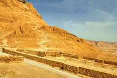 Vista scenica del supporto di Masada nel deserto di Judean immagini stock libere da diritti