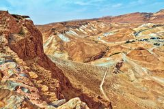 Vista scenica del supporto di Masada nel deserto di Judean vicino al mar Morto, Israele fotografie stock