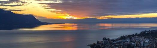 Vista scenica del tramonto sopra il lago Leman con il cielo giallo con le nuvole e le montagne delle alpi nel fondo, Montreux, Sv Fotografia Stock Libera da Diritti