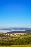 Vista scenica del villaggio, del castello, dei prati e della montagna tradizionali Immagini Stock