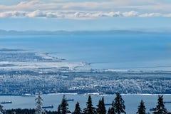 Vista scenica dell'aeroporto YVR di Vancouver, di Howe Sound e dell'isola di Vancouver dalla montagna di Cypress fotografia stock libera da diritti