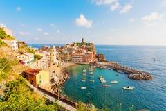 Vista scenica dell'oceano e del porto in villaggio variopinto Vernazza, ci fotografia stock libera da diritti
