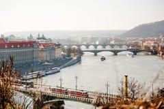 Vista scenica dell'orizzonte di Praga dei ponti sopra il fiume in un giorno nebbioso, repubblica Ceca della Moldava immagini stock