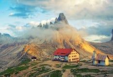 Vista scenica della capanna e della cappella della montagna al tramonto in dolomia, Italia Fotografia Stock Libera da Diritti