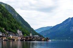 Vista scenica della cartolina del Hallstatt famoso nelle alpi austriache nella mattina di estate, distretto di Salzkammergut, Aus Fotografie Stock