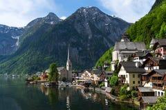 Vista scenica della cartolina del Hallstatt famoso nelle alpi austriache nella mattina di estate, distretto di Salzkammergut, Aus Fotografia Stock