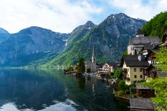 Vista scenica della cartolina del Hallstatt famoso nelle alpi austriache nella mattina di estate, distretto di Salzkammergut, Aus Immagine Stock Libera da Diritti