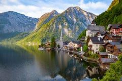 Vista scenica della cartolina del villag famoso della montagna di Hallstatt Immagine Stock