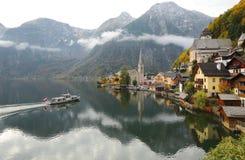 Vista scenica della cartolina del villaggio famoso di Hallstatt dal lago Hallstattersee nelle alpi austriache Fotografie Stock Libere da Diritti