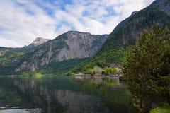 Vista scenica della cartolina di vecchie case di legno tradizionali nel paesino di montagna famoso di Hallstatt nel lago Hallstat Immagini Stock