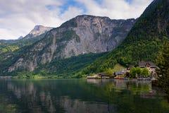 Vista scenica della cartolina di vecchie case di legno tradizionali nel paesino di montagna famoso di Hallstatt nel lago Hallstat Fotografie Stock Libere da Diritti