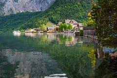 Vista scenica della cartolina di vecchie case di legno tradizionali nel paesino di montagna famoso di Hallstatt nel lago Hallstat Fotografie Stock