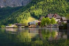 Vista scenica della cartolina di vecchie case di legno tradizionali nel paesino di montagna famoso di Hallstatt nel lago Hallstat Fotografia Stock Libera da Diritti