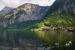 Vista scenica della cartolina di vecchie case di legno tradizionali nel paesino di montagna famoso di Hallstatt nel lago Hallstat Fotografia Stock