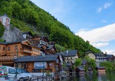 Vista scenica della cartolina di vecchie case di legno tradizionali nel paesino di montagna famoso di Hallstatt nel lago Hallstat Immagini Stock Libere da Diritti