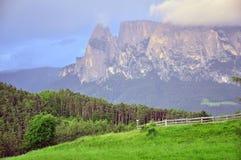 Vista scenica della catena montuosa delle dolomia su estate Immagine Stock Libera da Diritti