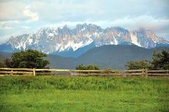 Vista scenica della catena montuosa delle dolomia su estate Fotografia Stock
