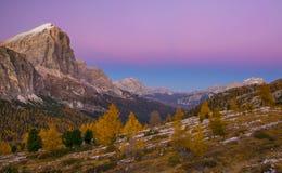 Vista scenica della catena montuosa di Tofane a penombra Dolomia, Italia Fotografie Stock Libere da Diritti