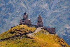 Vista scenica della chiesa di Tsminda Sameba in Caucaso, Kazbegi, Georgia Fotografie Stock Libere da Diritti