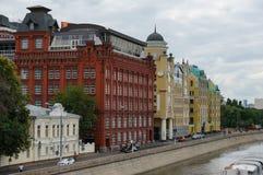 Vista scenica della città europian vicino ad acqua Fotografia Stock