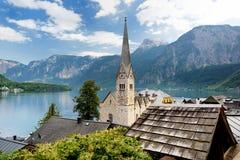 Vista scenica della città della riva del lago di Hallstatt nelle alpi austriache il bello giorno in autunno Hallstatt, situato su Immagini Stock Libere da Diritti