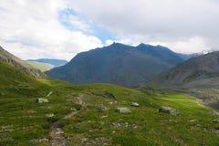 Vista scenica della cresta della montagna Una valle di 7 laghi Montagne di Altai, Russia fotografia stock