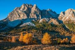 Vista scenica della montagna di Lagazuoi in soleggiato alla mattina di autunno Dolomia, Italia Fotografia Stock