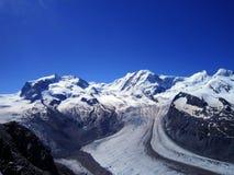 Vista scenica della montagna di punta della neve del alphine di Europa di estate chiara Fotografie Stock Libere da Diritti