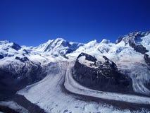 Vista scenica della montagna di punta della neve del alphine di Europa di estate chiara Immagine Stock