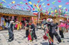 Vista scenica della prestazione tradizionale dalla gente locale nel villaggio di nazionalità del Yunnan che è situato a Kunming,  fotografia stock