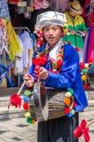 Vista scenica della prestazione tradizionale dalla gente locale nel villaggio di nazionalità del Yunnan che è situato a Kunming,  immagini stock