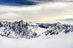 Vista scenica della roccia massiccia nevosa nel tramonto Scena pittoresca e splendida Fotografia Stock Libera da Diritti