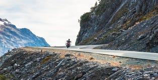 Vista scenica della strada asfaltata del pendio e della curva sulla montagna il giorno nella stagione estiva immagine stock