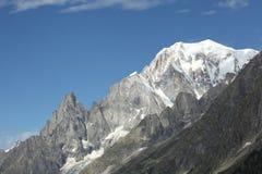 Vista scenica delle alte montagne italiane Immagine Stock