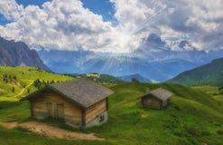 Vista scenica delle capanne alpine di legno tradizionali Immagini Stock Libere da Diritti