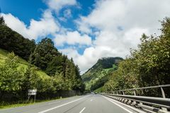 Vista scenica delle montagne delle alpi dell'incrocio di strada Immagini Stock Libere da Diritti