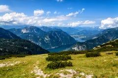 Vista scenica delle montagne delle alpi e del lago Hallstatt un il giorno soleggiato Fotografia Stock Libera da Diritti