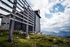 Vista scenica delle montagne delle alpi un il giorno soleggiato Fotografia Stock