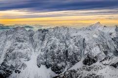 Vista scenica delle montagne bianche di inverno con il tramonto variopinto Fotografie Stock Libere da Diritti