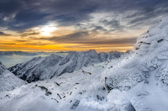 Vista scenica delle montagne di inverno con neve e glassa congelate Fotografia Stock