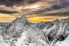 Vista scenica delle montagne di inverno e del tramonto variopinto Immagini Stock Libere da Diritti