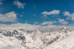 Vista scenica delle montagne di inverno sotto il cielo Immagine Stock Libera da Diritti
