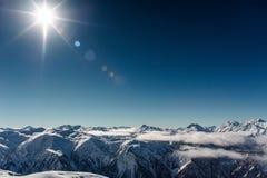 Vista scenica delle montagne di inverno sotto le nuvole Fotografie Stock Libere da Diritti